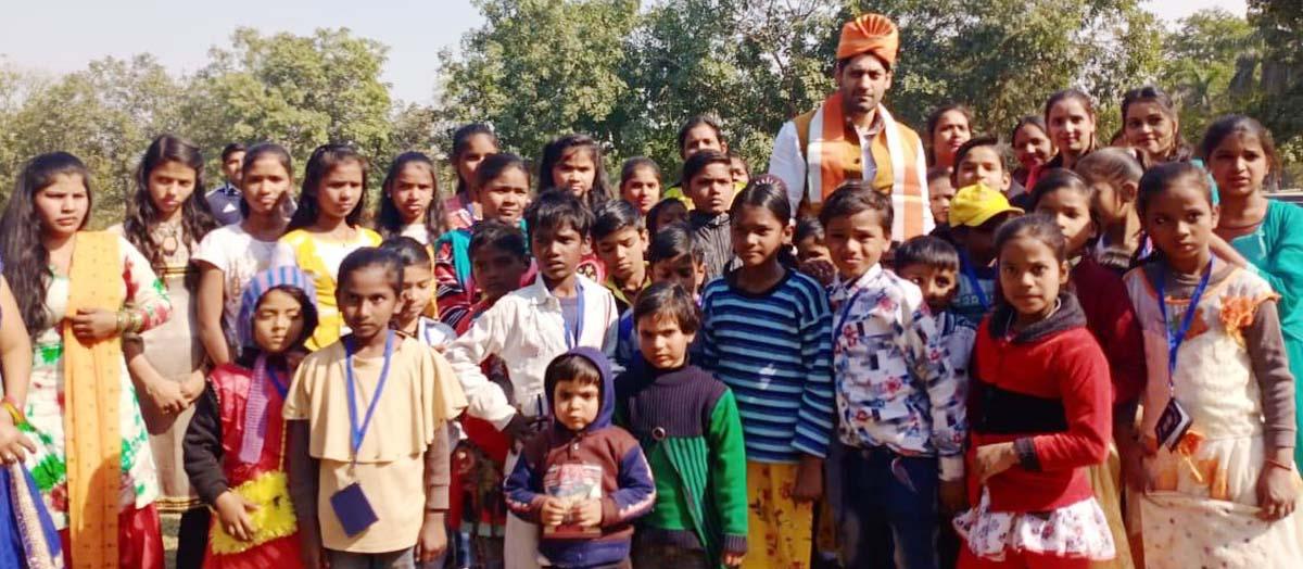 स्लम बस्तियों के बच्चों के साथ पिकनिक मनाई