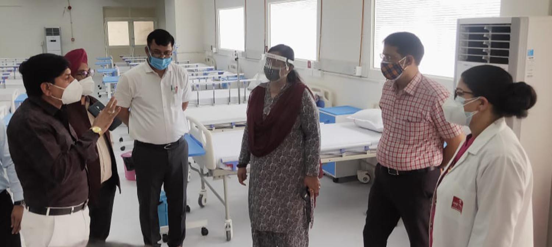 विधायक सीमा त्रिखा ने अस्पतालों में जाकर रोगियों के परिजनों से व्यवस्थाओं का जायजा लिया